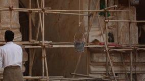 Mężczyzna pięcie i naprawianie stara ceglana pagoda zbiory wideo