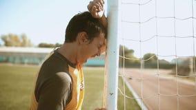 Mężczyzna piłki nożnej gracz futbolu porażki obrazy wzburzony smucenie i złość mężczyzna rozpaczał po tym jak porażka, dobrze, ki zbiory wideo
