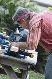 Mężczyzna piłowania drewno z Ślizgowym Dwuczłonowym Miter Zobaczył Zdjęcie Stock