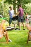 Mężczyzna piec na grillu kukurudzy obrazy royalty free