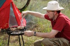 Mężczyzna piec na grillu wieprzowinę Obraz Royalty Free