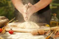 Mężczyzna piekarza ręki, pizza ugniatają ciasto i robić sprzątanie robi chlebowi, masło, pomidorowa mąka obraz royalty free
