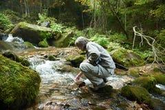 Mężczyzna pije świeżą wodę od wiosny Zdjęcia Stock