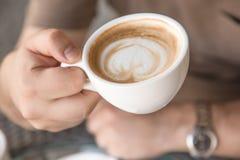 Mężczyzna pije cappuccino Fotografia Stock