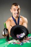 Mężczyzna pije i bawić się w kasynie fotografia royalty free
