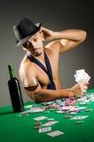 Mężczyzna pije i bawić się w kasynie zdjęcia stock