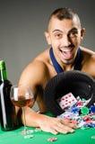 Mężczyzna pije i bawić się w kasynie obraz stock