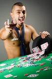 Mężczyzna pije i bawić się w kasynie zdjęcia royalty free