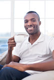 Mężczyzna pije kawę. Fotografia Stock