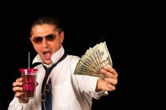 Mężczyzna pije koktajl i pokazuje pieniądze zdjęcie stock