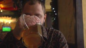 Mężczyzna pije piwo w pubie z brodą zbiory