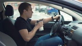 Mężczyzna pije proteinowego potrząśnięcie w samochodzie zbiory