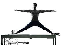Mężczyzna pilates reformator ćwiczy sprawność fizyczną odizolowywającą Obraz Stock