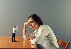 Mężczyzna pilenie na zmęczonym bizneswomanie zdjęcia stock