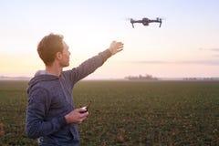 Mężczyzna pilotuje trutnia fotografia royalty free