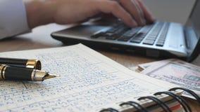 Mężczyzna pisać na maszynie na klawiaturze w biurze księgowość zbiory