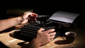 Mężczyzna pisać na maszynie maszyna do pisania przy nocą tworzy nową powieść zbiory
