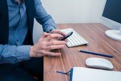 Mężczyzna pisać na maszynie na telefonie w biurze Zdjęcie Stock