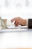 Mężczyzna pisać na maszynie w informaci na jego laptopie Fotografia Stock