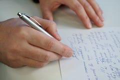 Mężczyzna pisze liście zdjęcia stock