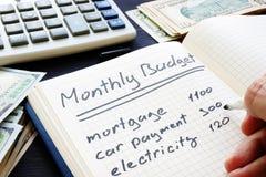 Mężczyzna pisze Miesięcznym budżeta planie Domów finanse fotografia stock