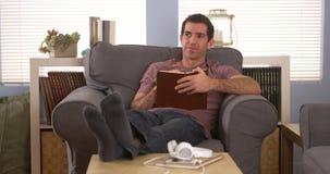 Mężczyzna pisze puszek notatkach w książce Zdjęcia Stock