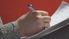Mężczyzna pisze trzymać papier na jego kolanach zdjęcie wideo