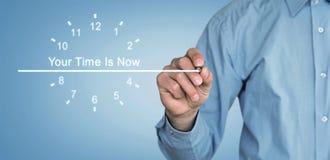 Mężczyzna pisze Twój czasie Jest Teraz tekstem na ekranie fotografia stock