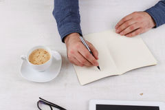 Mężczyzna pisze w notatniku Zdjęcie Royalty Free