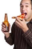 mężczyzna piwna pizza fotografia royalty free