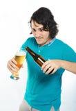 mężczyzna piwny dolewanie obrazy stock