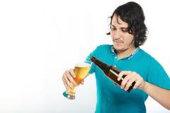 mężczyzna piwny dolewanie fotografia royalty free