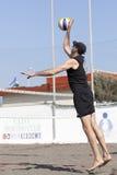 Mężczyzna plażowej siatkówki gracza porci piłki doskakiwanie obrazy stock