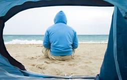 mężczyzna plażowy obsiadanie Zdjęcie Stock