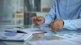 Mężczyzna planowania budżet, odliczający euro w biurze, małego biznesu podział dochodów zbiory