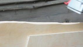 Mężczyzna planująca deska z Elektryczną strugarką cieśla zbiory wideo