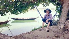 Mężczyzna połów blisko Hoi, Wietnam obraz stock