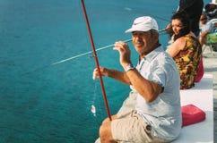 Mężczyzna połów w morzu egejskim Obrazy Royalty Free