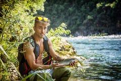 Mężczyzna połów z prąciem przy rzeką Zdjęcie Royalty Free