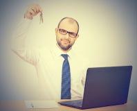 Mężczyzna pośrednika handlu nieruchomościami ofiary klucze Zdjęcia Stock