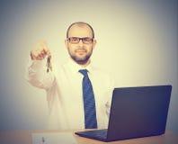 Mężczyzna pośrednika handlu nieruchomościami ofiary klucze Obraz Stock