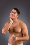 Mężczyzna po brać prysznic w pojęciu Zdjęcia Royalty Free