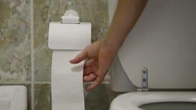 Mężczyzna po zaparcia, ciągnienie papier toaletowy zbiory wideo