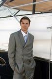 mężczyzna pobliski kostiumu jacht Zdjęcia Royalty Free