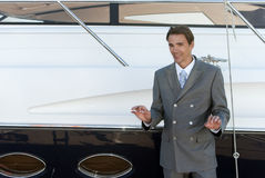 mężczyzna pobliski kostiumu jacht Fotografia Royalty Free