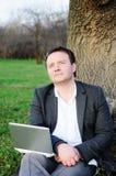 Mężczyzna pod drzewem Obraz Stock