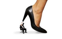 Mężczyzna pod dużą żeńską piętą Zdjęcie Stock