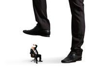 Mężczyzna pod dużą nogą jego szef Obrazy Royalty Free