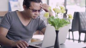 Mężczyzna pod mnóstwo stresem używać laptop zbiory wideo