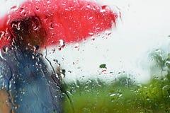 Mężczyzna pod parasolem w deszczu Krople z zamazanym tłem Fotografia Stock